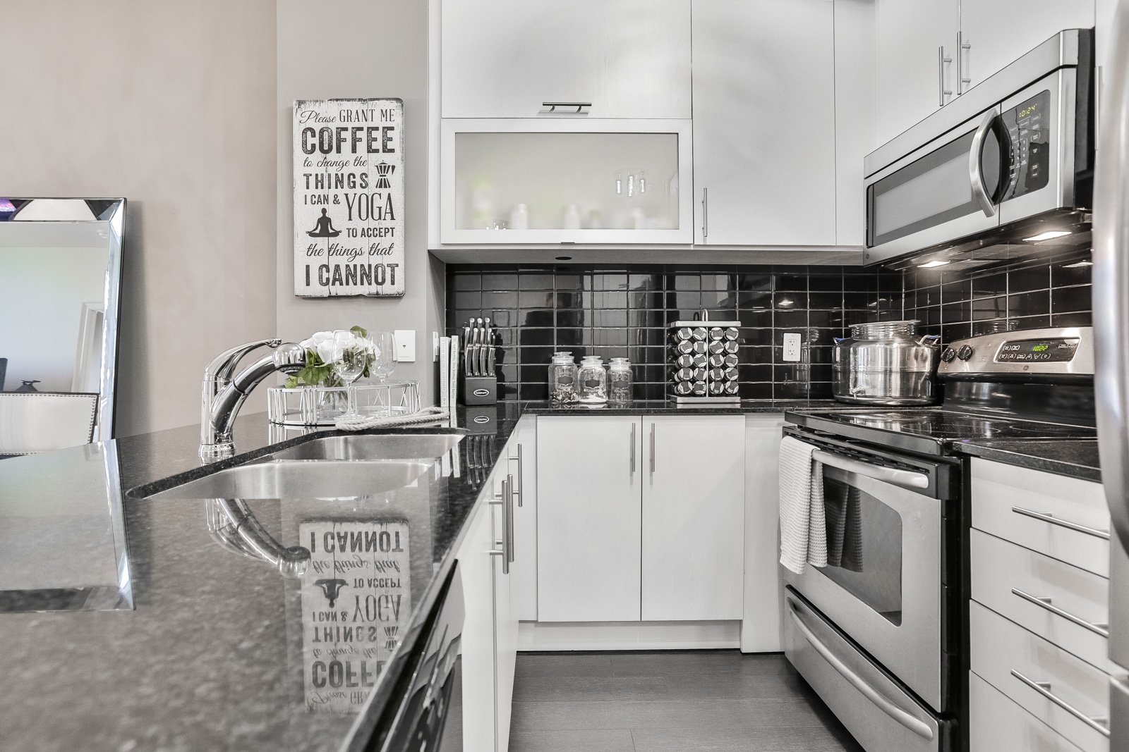 Photo of kitchen shows matching colors and appliances.