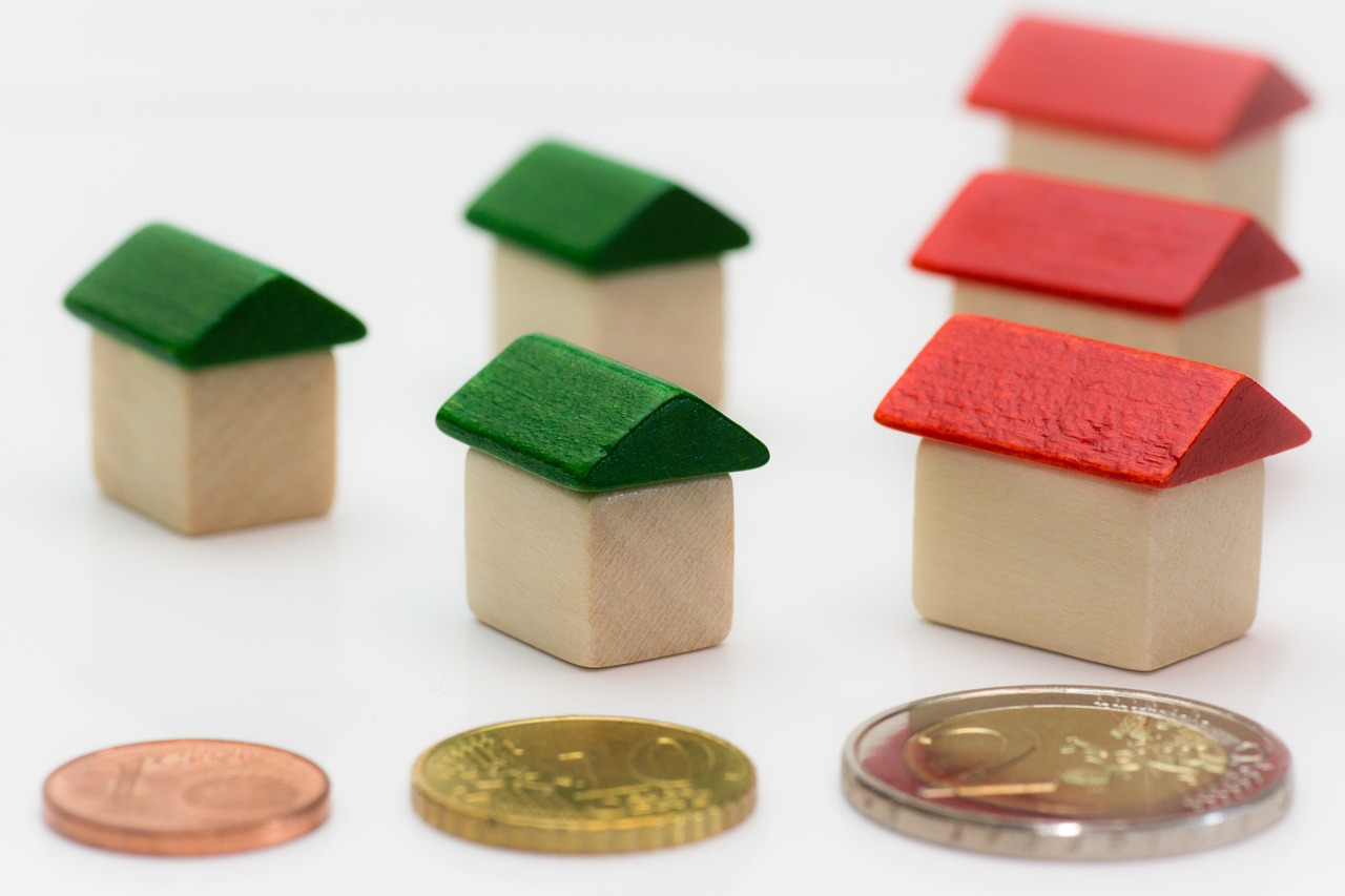 Pic of toy houses and coins showing how mortgage insurance works.